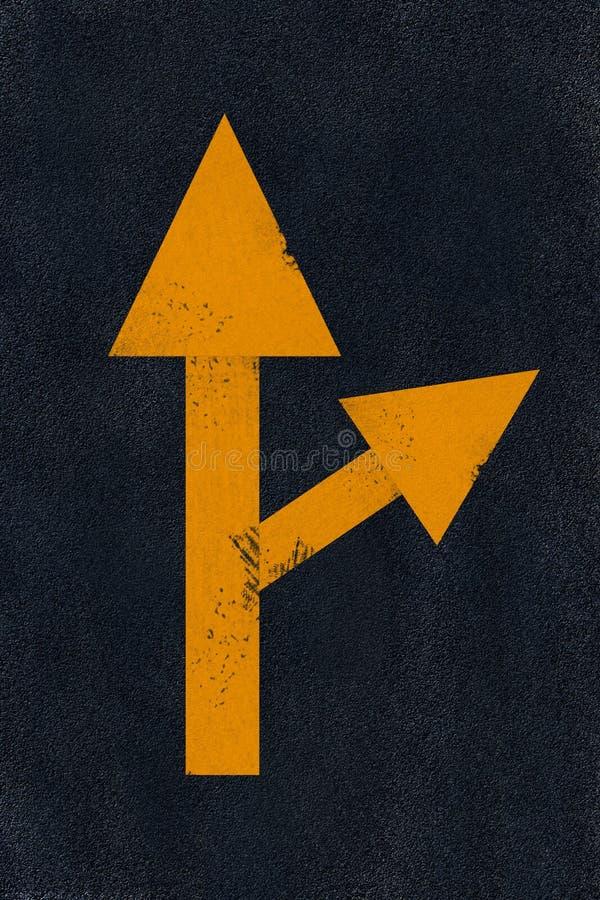 Het gele merken op zwart asfalt stock foto
