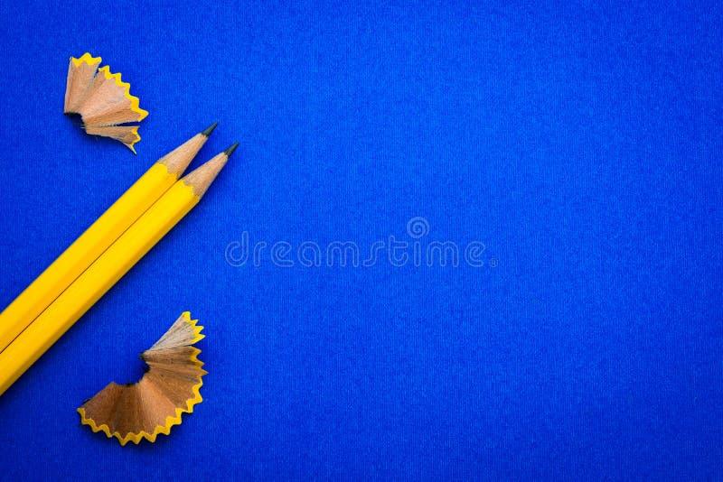 het Gele potlood op heldere blauwe achtergrond, creatieve innovatie royalty-vrije stock foto