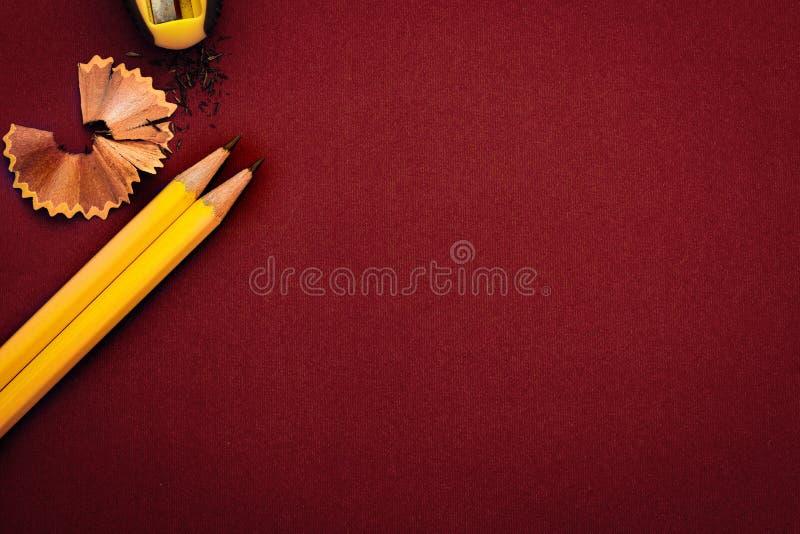 het Gele potlood op rode achtergrond, creatief innovatieidee sy royalty-vrije stock afbeelding