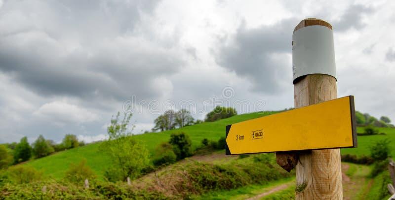 Het gele teken van de wandelingsrichting, de Pyreneeën, Frankrijk stock foto