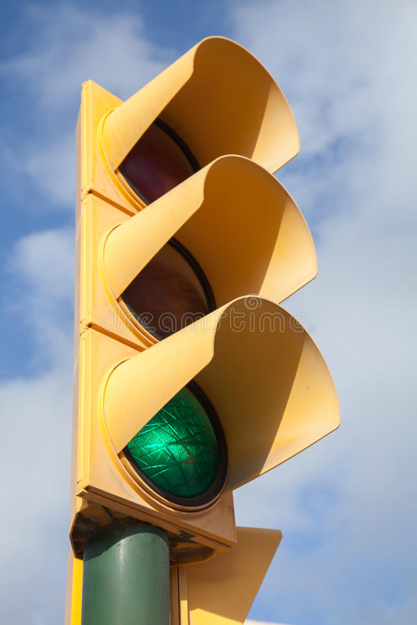 Het gele verkeerslicht toont groen signaal stock afbeeldingen