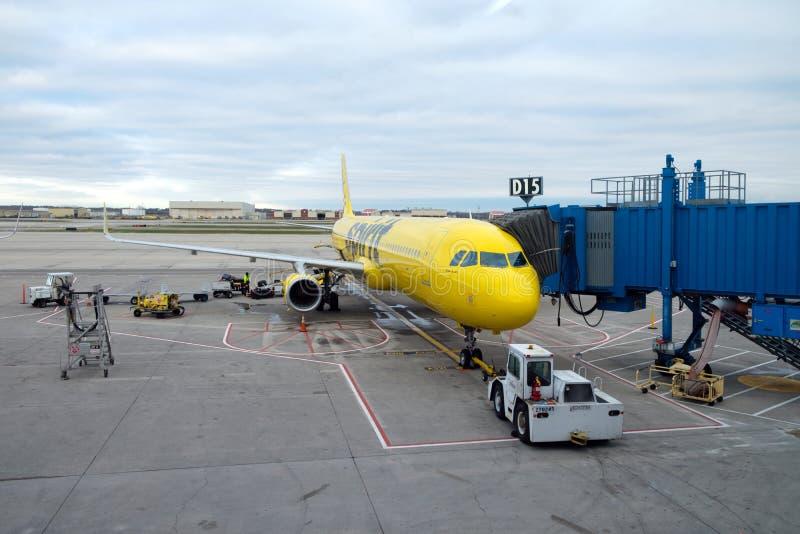 Het gele vliegtuig van Spirit Airlines bij de Metropolitaanse Luchthaven van Detroit, Michigan, Verenigde Staten stock foto's