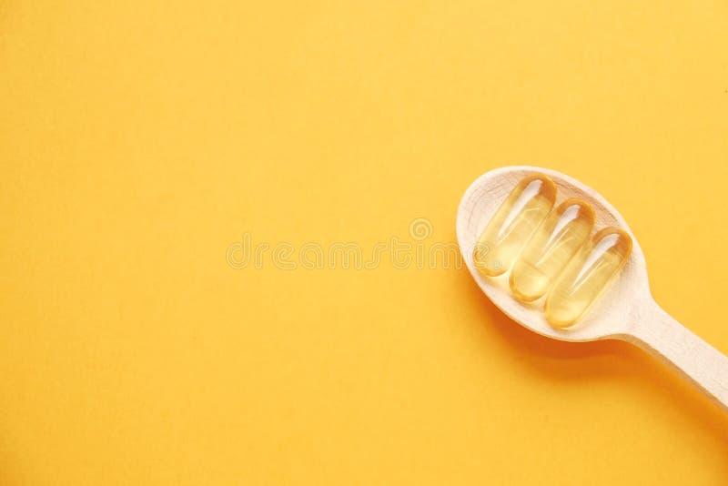 Het gele voedingshoogtepunt van supplementpillen van Omega 3 vetzuren stock afbeelding