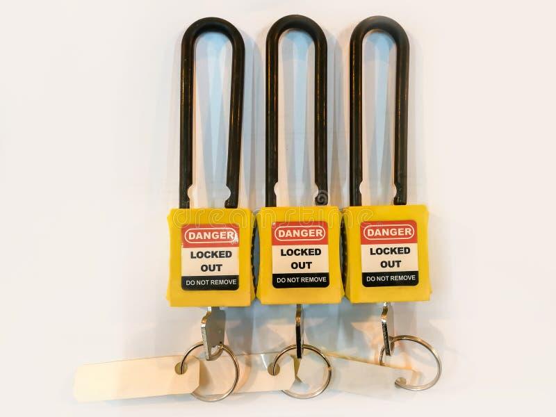 Het gele zeer belangrijke slot en de markering voor proces snijden elektro, de knevel t af royalty-vrije stock foto's