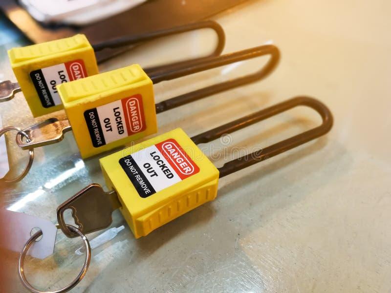 Het gele zeer belangrijke slot en de markering voor proces snijden elektro, de knevel t af stock afbeelding