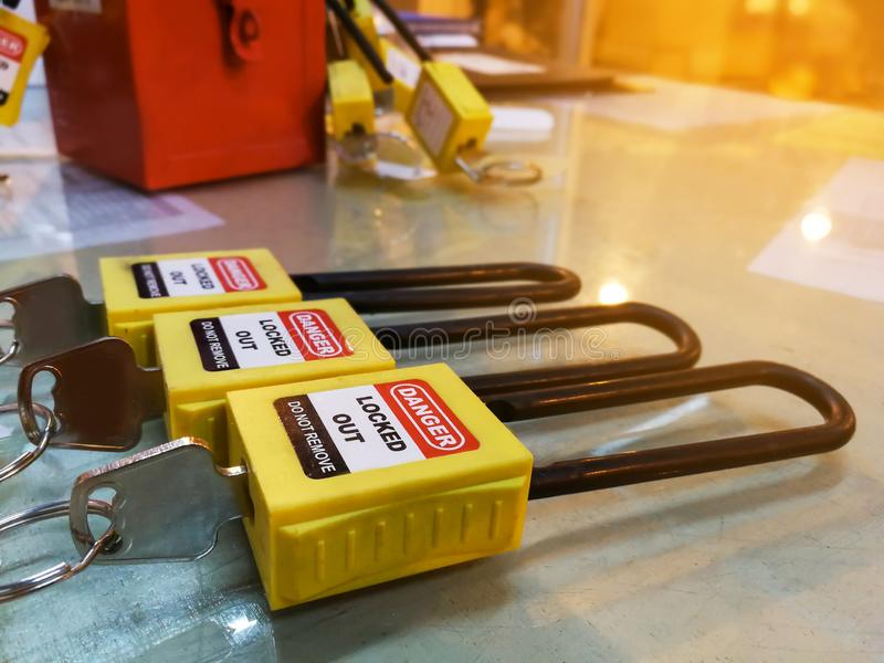 Het gele zeer belangrijke slot en de markering voor proces snijden elektro, de knevel t af stock fotografie