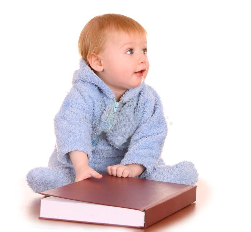 Het gelezen grote rode boek van de baby jongen. stock afbeeldingen