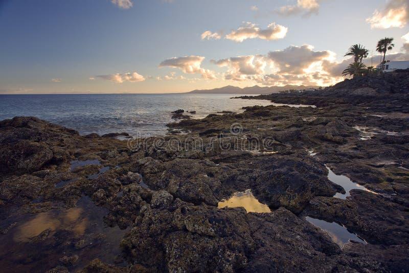 Het gelijk maken bij rotsachtige kust van Lanzarote royalty-vrije stock afbeeldingen