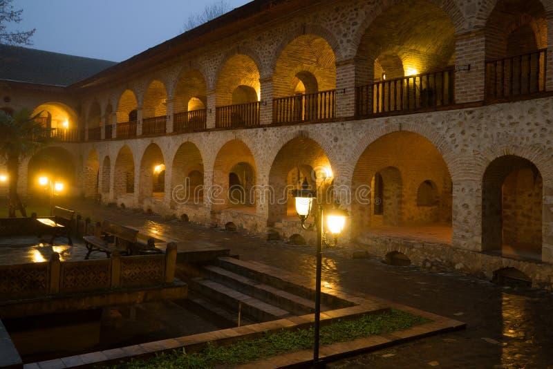 Het gelijk maken in de binnenplaats van oude caravan-serai Sheki, Azerbeidzjan royalty-vrije stock afbeeldingen