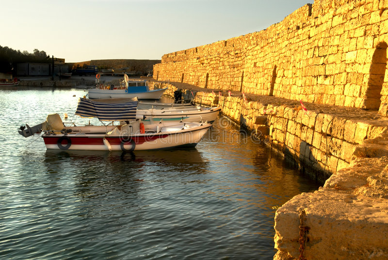 Het gelijk maken in haven van Rethymno stock foto