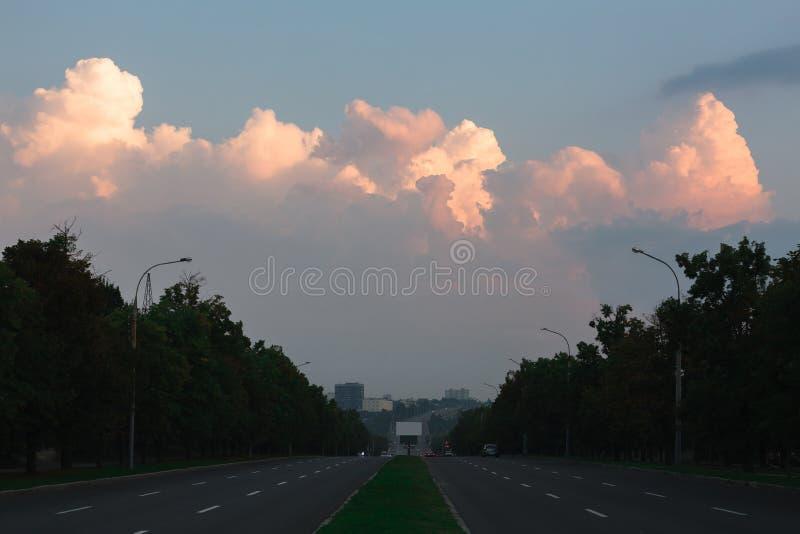 Het gelijk maken van suburbian weg met roze zonsondergang stock fotografie