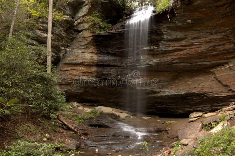 Het geluid van waterdalingen ontspant zo stock foto