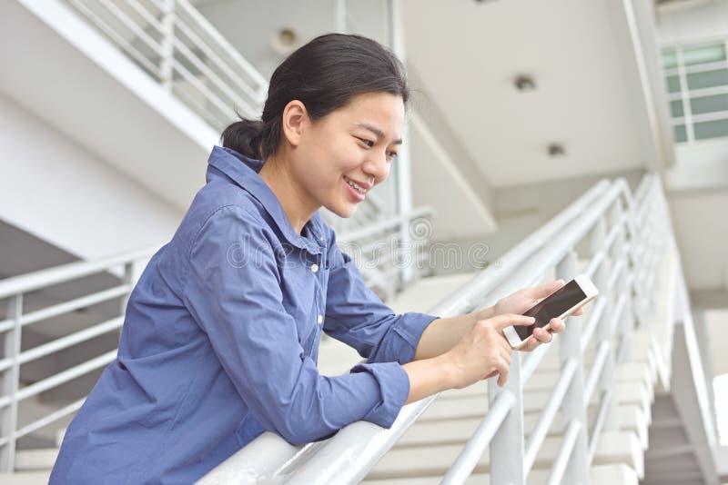 Het geluk van vrouwen die Internet gebruiken door smartphone stock foto