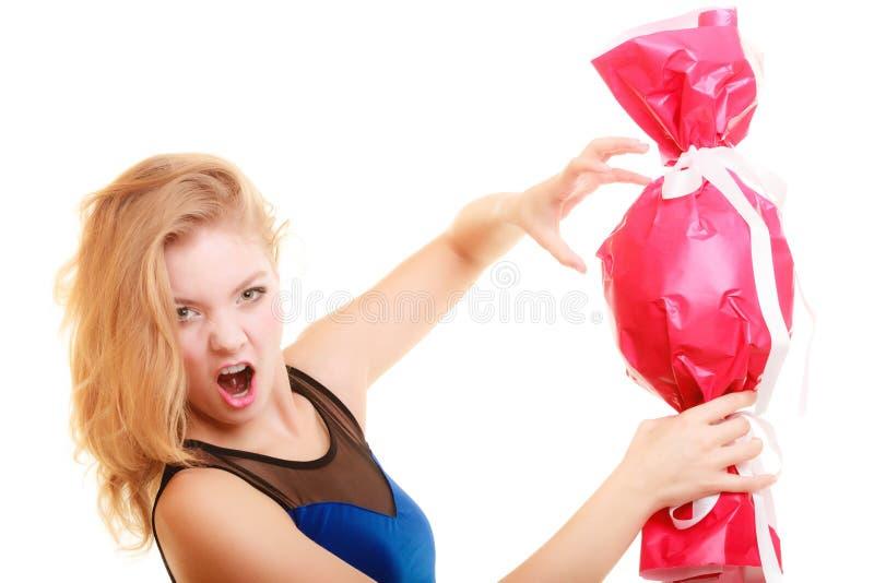 Het gelukconcept van de vakantieliefde - meisje met rode gift stock foto's