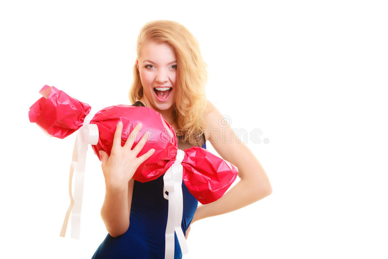 Het gelukconcept van de vakantieliefde - meisje met rode gift royalty-vrije stock fotografie
