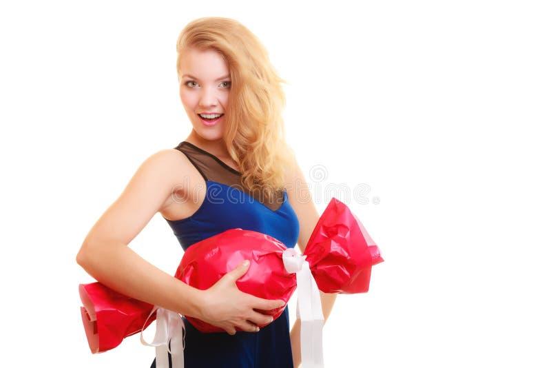 Het gelukconcept van de vakantieliefde - meisje met rode gift royalty-vrije stock afbeelding