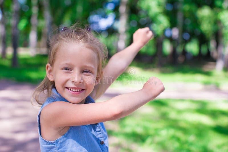 Het gelukkige aanbiddelijke meisje geniet de zomer van dag in stock fotografie