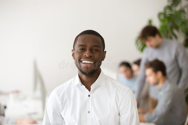 Het gelukkige Afrikaans-Amerikaanse professionele manager glimlachen die c bekijken royalty-vrije stock fotografie
