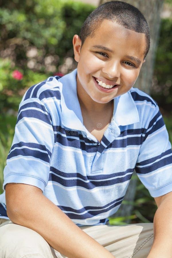 Het gelukkige Afrikaanse Amerikaanse Kind dat van de Jongen buiten glimlacht stock afbeeldingen