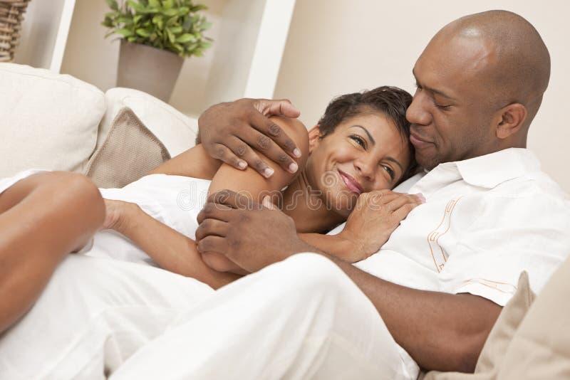 Het gelukkige Afrikaanse Amerikaanse Omhelzen van het Paar stock foto