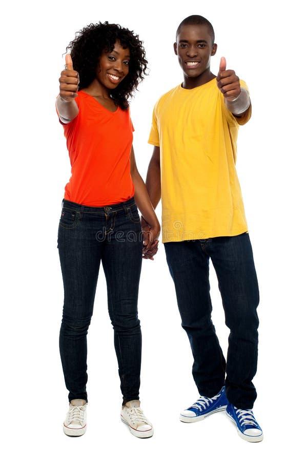 Het gelukkige Afrikaanse paar tonen beduimelt omhoog royalty-vrije stock foto's
