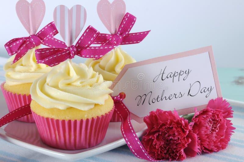 Het gelukkige aqua blauwe uitstekende retro sjofele elegante dienblad van de Moedersdag met roze cupcakes sluit omhoog stock fotografie