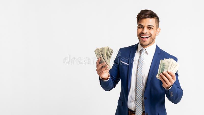 Het gelukkige Arabische die Geld van Zakenmanholding bunch of op Wit wordt geïsoleerd stock foto's