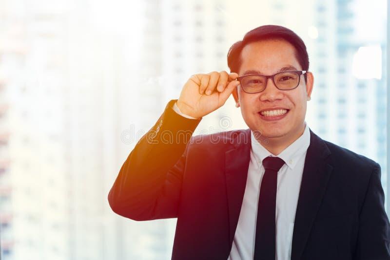 Het gelukkige Aziatische Bedrijfsmens vriendschappelijke glimlachen stock afbeelding