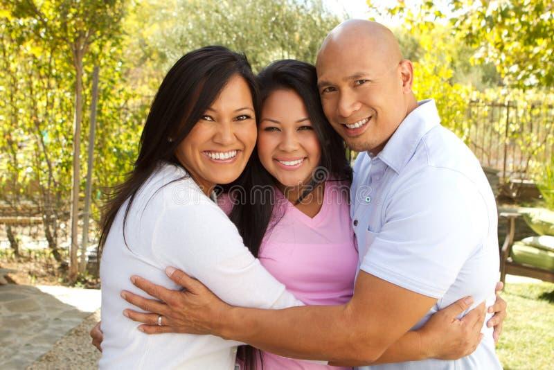 Het gelukkige Aziatische Familie Koesteren stock afbeeldingen