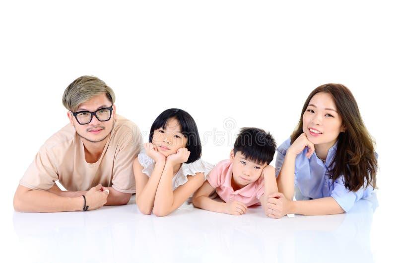 Het gelukkige Aziatische familie liggen royalty-vrije stock afbeelding