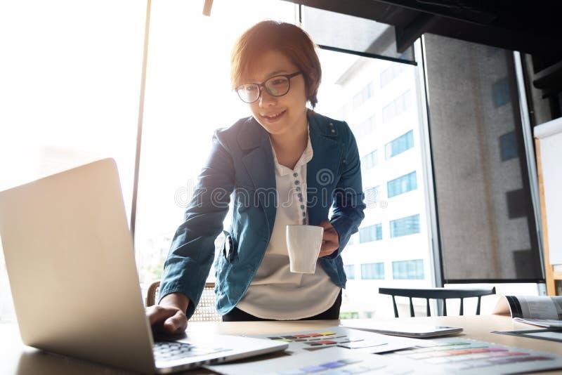 Het gelukkige Aziatische Ontwerper werken stock afbeeldingen