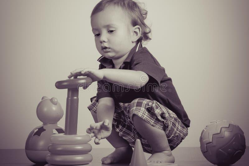 Het gelukkige babyjongen spelen met stuk speelgoed royalty-vrije stock foto's