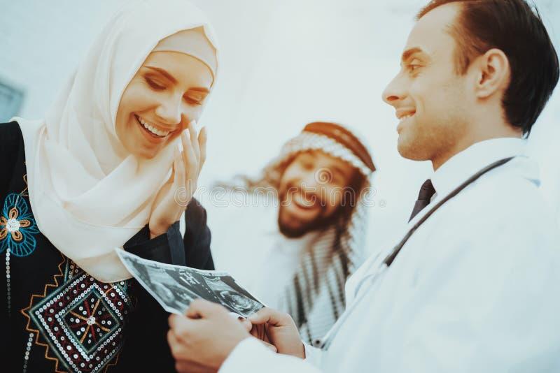 Het gelukkige Beeld van de de Greepultrasone klank van de Zwangerschaps Moslimvrouw royalty-vrije stock fotografie