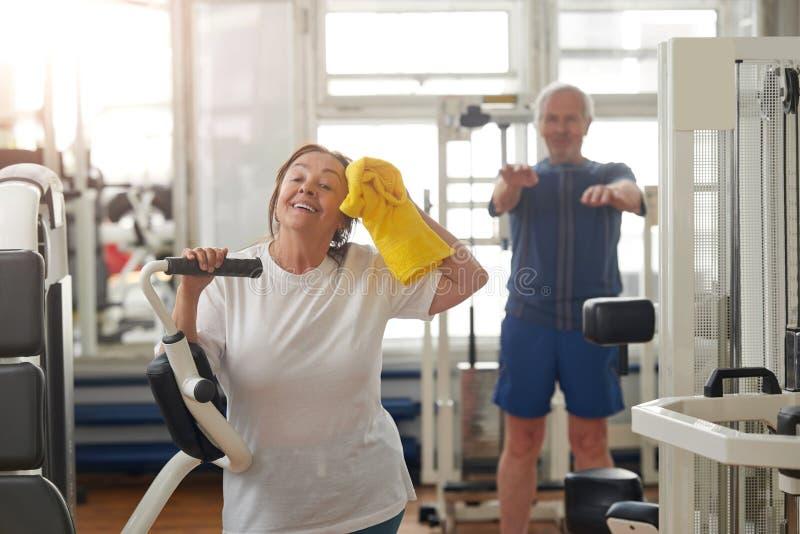 Het gelukkige bejaarde na gymnastiek werkt uit stock afbeeldingen