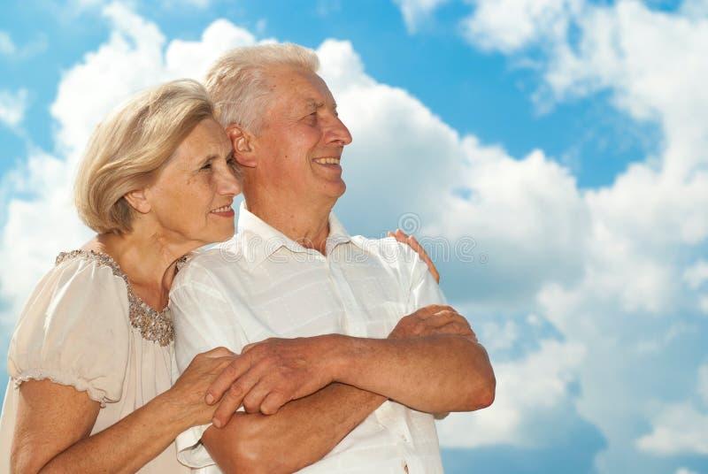 Het gelukkige bejaarde paar ging voor een gang royalty-vrije stock foto's