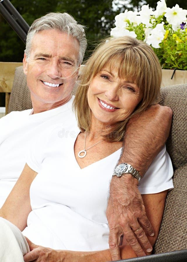 Het gelukkige bejaarde paar koesteren royalty-vrije stock afbeelding