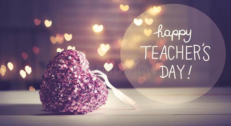 Het gelukkige bericht van de Leraars` s dag met een roze hart stock foto