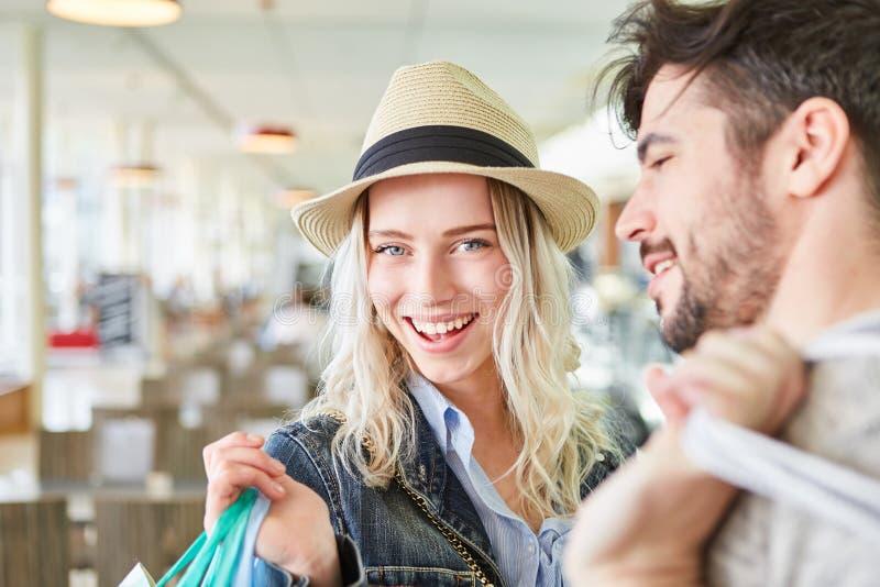 Het gelukkige blonde tiener winkelen royalty-vrije stock fotografie