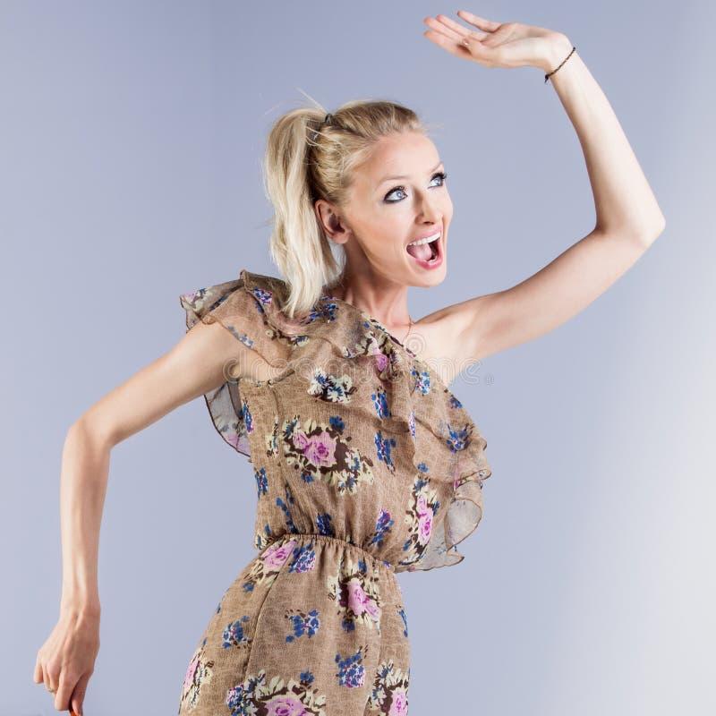 Het gelukkige blondemeisje stellen royalty-vrije stock foto's