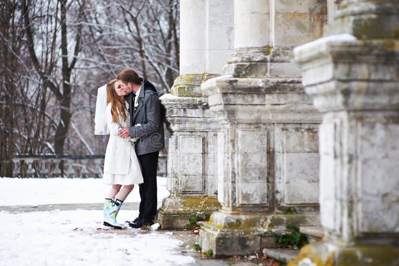 Het gelukkige bruid en bruidegom kussen dichtbij oud kasteel royalty-vrije stock foto's