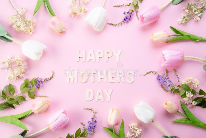 Het gelukkige concept van de moedersdag De hoogste mening van roze tulp bloeit in kader met de gelukkige teksten van de moedersda royalty-vrije stock foto's