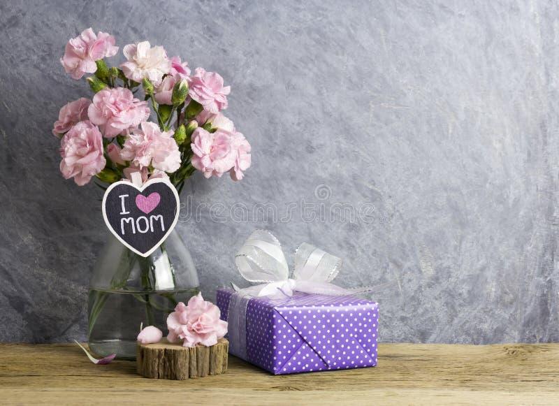 Het gelukkige concept van de moedersdag roze anjerbloemen in fles royalty-vrije stock foto