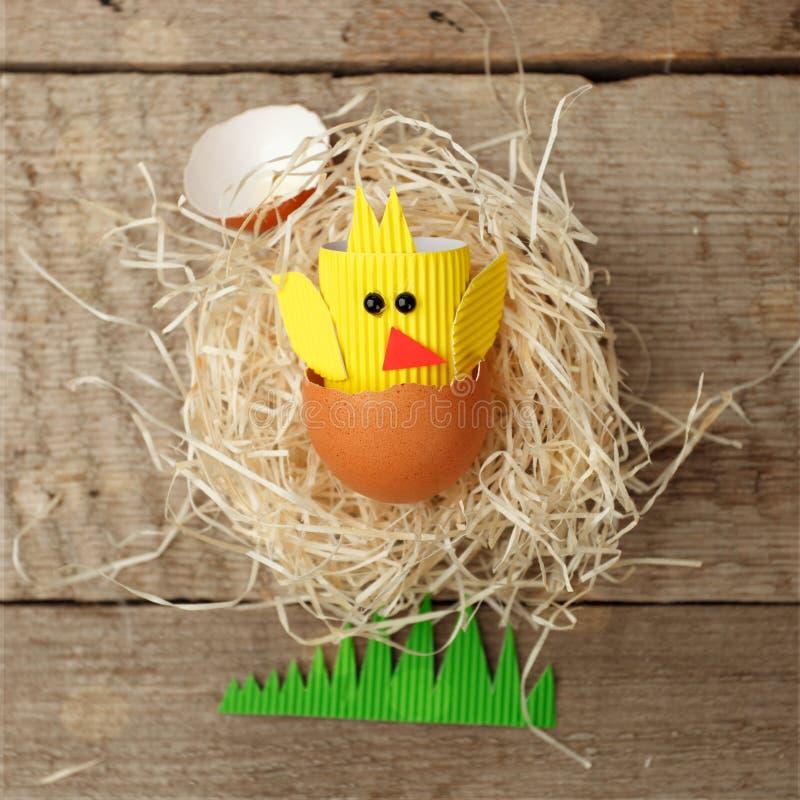 Het gelukkige concept van Pasen document ambachtkip en eieren De traditionele Pasen-noordse sjofele Skandinavische stijl van het  stock foto's