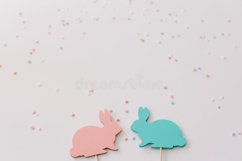 Het gelukkige concept van Pasen Konijntjesstuk speelgoed op witte achtergrond Pasen-decoratie met konijnen Sluit omhoog, hoogste  stock afbeelding