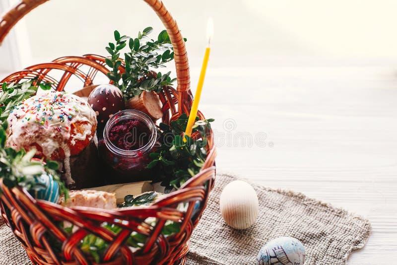Het gelukkige concept van Pasen modieuze mand met geschilderde eieren, brood, h stock fotografie