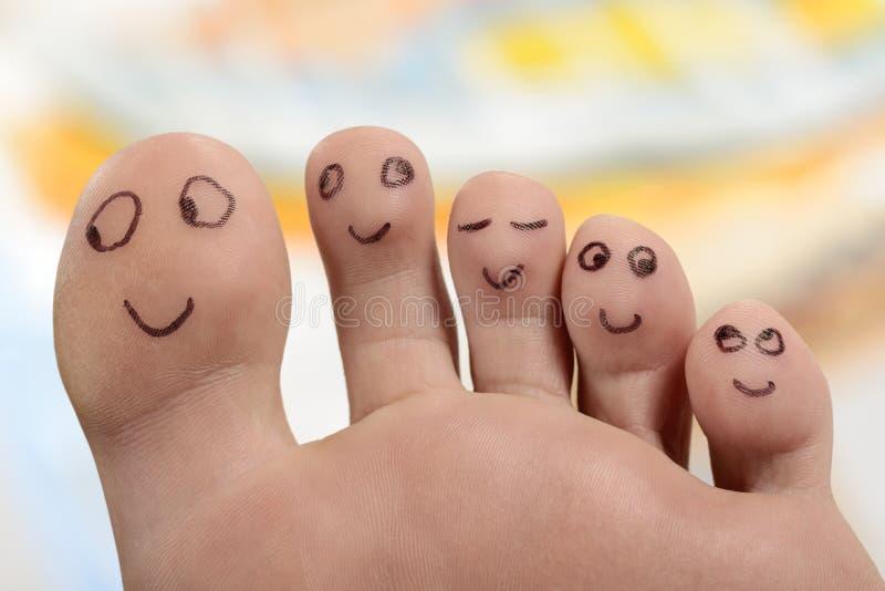 Het gelukkige de tenen van voetvoeten glimlachen royalty-vrije stock afbeeldingen