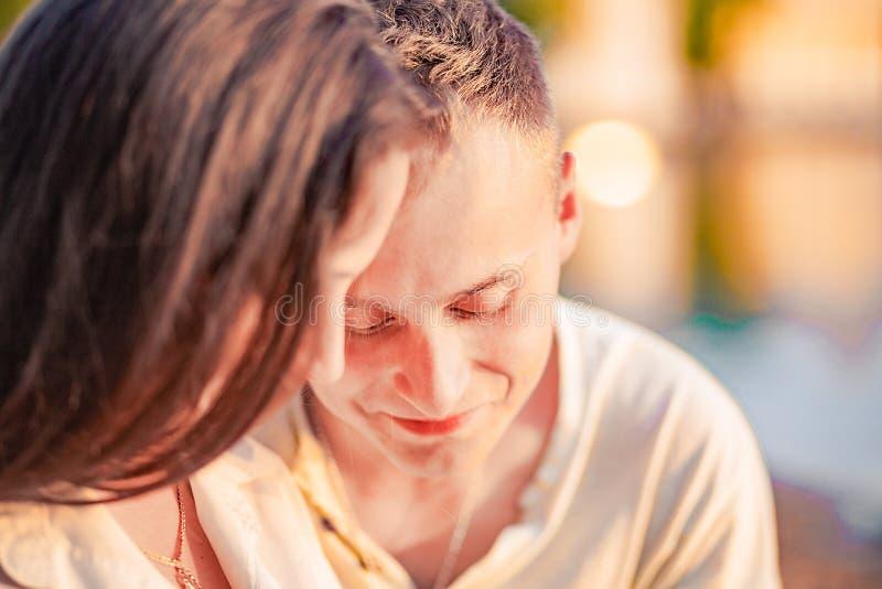 Het gelukkige echtpaar brengt samen buiten tijd door stock afbeelding