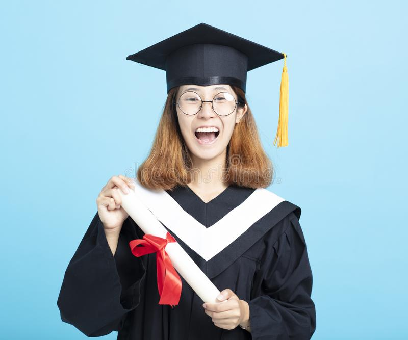 Het gelukkige en opgewekte meisje van de succesgraduatie stock fotografie