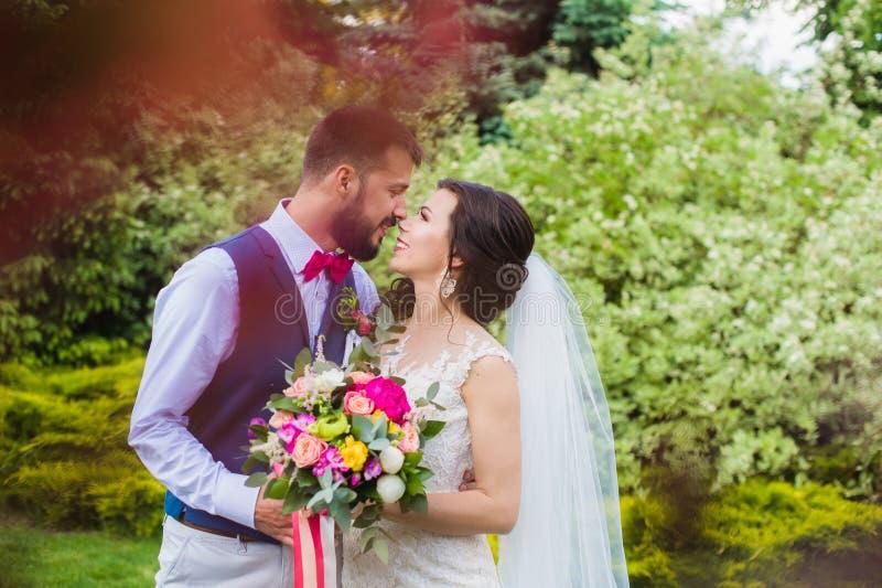 Het gelukkige enkel echtpaar kussen in groene tuin royalty-vrije stock foto