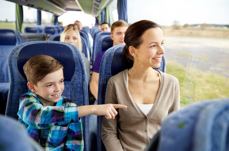 Het gelukkige familie berijden in reisbus stock foto's